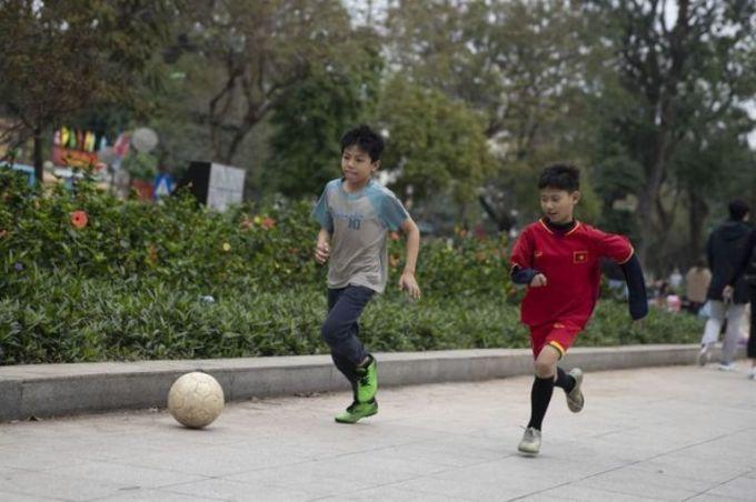 <p> Trẻ em chơi bóng đá tại Công viên Thống Nhất.</p>