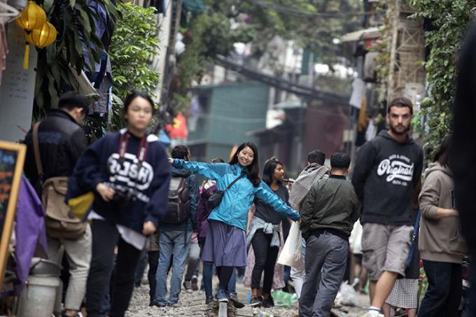 """<p> """"Dưới đây là những bức ảnh nhiếp ảnh gia Choi Won-suk gửi từ thành phố Hà Nội - cho thấy những góc nhìn về đời sống thường ngày người Việt"""", tờ<em>Korea Times</em>viết.</p>"""
