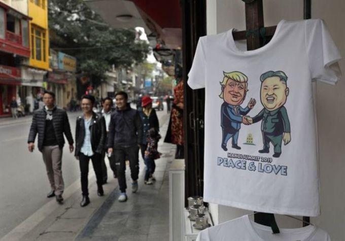 <p> Một cửa hàng quần áo tại Hà Nội, Việt Nam, trưng bày áo phông in hình nhà lãnh đạo Triều Tiên Kim Jong-un và Tổng thống Mỹ Donald Trump.</p>