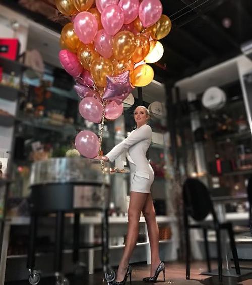 Tiffany từng khoe một góc trong phòng để quần áo, hàng hiệu và khiến người theo dõi trầm trồ.