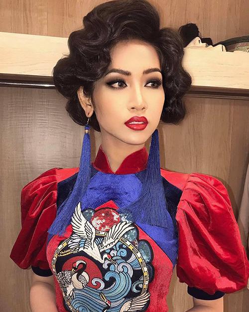 Tuy nhiên không ít người cho rằng việc makeup quá đậm với mắt khói, lông mi giả dày và đôi môi đỏ chót đánh kiểu tràn viền môi khiến Nhật Hà trông kém nữ tính hơn hẳn thường lệ.
