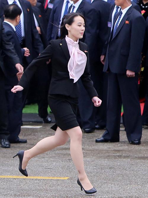 Kim Yo-jong sinh năm 1988, là em gái của Chủ tịch Kim Jong-un, đồng thời cũng là trợ lý tin cậy của ông. Trong các hoạt động của nhà lãnh đạo Triều Tiên tại nước ngoài, cánh phóng viên thường ghi lại được những hình ảnh tất bật chuẩn bị của Kim Yo-jong. Tuy bận rộn nhưng bà vẫn giữ phong cách ăn mặc rất chỉn chu, lịch sự, xứng đáng là một biểu tượng thời trang ở Triều Tiên, bên cạnh phu nhân Chủ tịch là bà Ri Sol-ju.