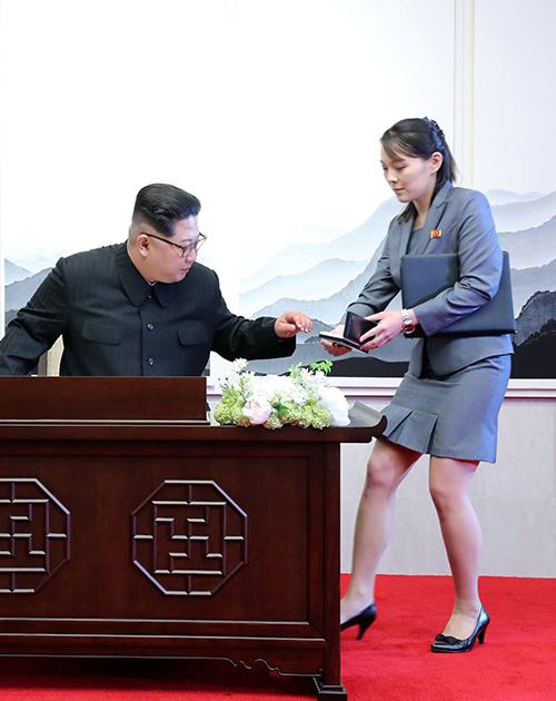 Ngoài suit đen truyền thống, người phụ nữ 30 tuổi còn diện nhiều kiểu vest thiết kế với màu sắc đa dạng, tuy nhiên vẫn đi theo phong cách thường lệ của phụ nữ Triều Tiên là không lòe loẹt.