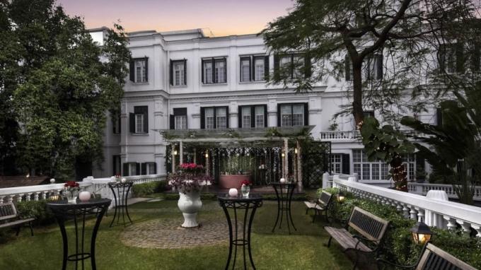 <p> Khách sạn Metropole nằm trên phố Ngô Quyền, xây dựng từ thời Pháp thuộc, được sử dụng đón tiếp khách nước ngoài trong cuộc kháng chiến chống Mỹ. Mở cửa đón khách từ năm 1901, khách sạn Metropole từng đón nhiều quan chức và người nổi tiếng, bao gồm danh hài Charlie Chaplin và nhà văn Graham Greene.Năm 2017 trong chuyến thăm lần đầu tới Việt Nam, Tổng thống Donald Trump cũng lựa chọn khách sạn này.</p>