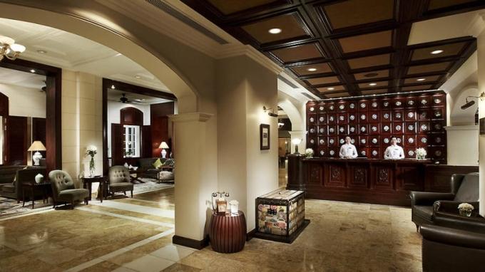 <p> Sau khi người Pháp rút khỏi Việt Nam năm 1954, khách sạn được đổi tên thành Thống Nhất. Năm 1987, khách sạn được phục hồi sau nhiều lần đám phán với người quán lý mới. Sau đó nó được trả lại tên Metropole như ban đầu từ năm 1990. Metropole được coi là khách sạn sang trọng bậc nhất thành phố với 364 phòng, thiết kế theo lối kiến trúc thời Pháp cổ tinh tế và quyến rũ.</p>