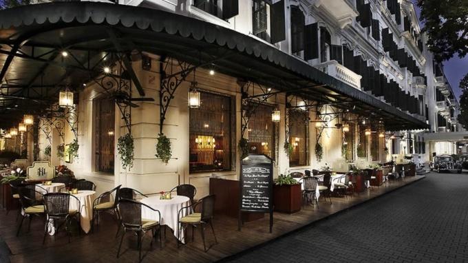 <p> Ngoài khả năng bảo mật và an ninh, vẻ đẹp kiến trúc, vị trí trung tâm đắc địa và bề dày lịch sử là những yếu tố khiến khách sạn này được nhiều chính khách chọn trong các chuyến công du Việt Nam. Tại khu La Terrasse, du khách có thể ngồi ngoài trời ngắm nhìn cuộc sống đô thị nhộn nhịp của Hà Nội.</p>