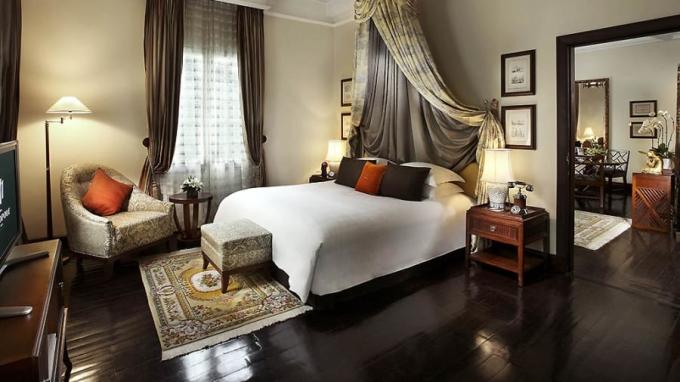 <p> Graham Greene Suite nằm trên tầng hai của Metropole. Nơi đây được trang trí theo phong cách cổ điển của Pháp.</p>