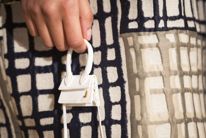 <p> Tại Paris Fashion Week năm nay, hãng Jacquemus khiến giới mộ điệu ngỡ ngàng khi tung ra mẫu túi xách độc đáo nhất từ trước đến nay. Đi theo xu hướng túi tí hon, thiết kế mới của Jacquemus chỉ bé như... cục kẹo.</p>