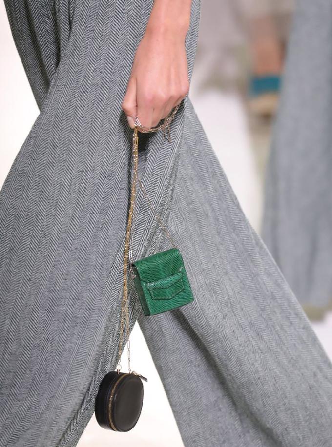 Túi xách giá 'cắt cổ', nhỏ đến mức 'đựng son không vừa' vẫn gây sốt