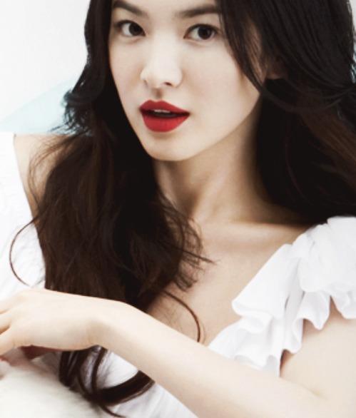 Song Hye Kyo nổi tiếng với phong cách make-up sương sương, tuy nhiên kiểu trang điểm đậm với màu son đỏ nổi bật cũng