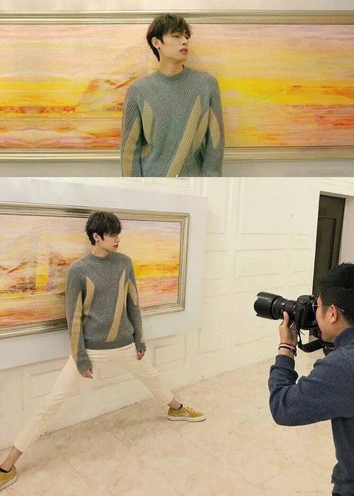 Anh chàng chân dài Mộc Tử Dương phải cố gắng hạ thấp chiều cao để chụp được   với bức họa sau lưng.