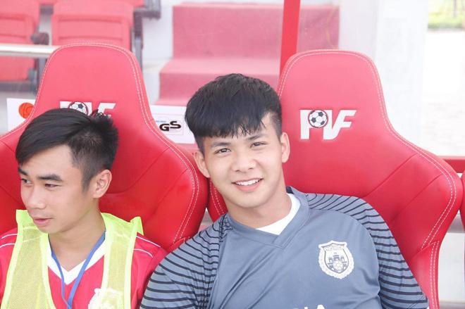 <p> Một cái tên khác tiếp tục góp mặt vào danh sách các thủ môn nổi bật của bóng đá Việt gần đây là Trương Thái Hiếu (thủ môn của đội tuyển U19 Việt Nam). Anh chàng năm nay 18 tuổi,sinh ra ở Hưng Yên. 10x có gương mặt điển trai kiểu baby, sống mũi cao và nụ cười dễ thương</p>