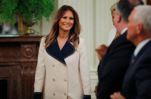 Melania yêu thích những mẫu áo choàng có kiểu dáng dài thanh lịch. Mẫu áo màu kem với phần cổ xếp nếp thanh lịch của Gucci mà bà mặc cũng có giá lên tới 95 triệu đồng.
