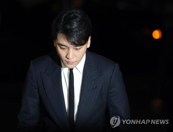 Seung Ri trình diện tại sở cánh sát tối ngày 27/2.