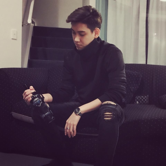 <p> Đời thường, anh chàng là một người khá bụi bặm với phong cách thời trang đơn giản, trẻ trung. Việt Duy chia sẻ sở thích khác của bản thân là thể thao và đi du lịch.</p>