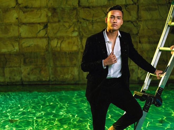 <p> Bùi Hoàng Việt Anh trưởng thành từ trung tâm bóng đá trẻ Hà Nội, chàng trai này hiện chơi ở vị trí trung vệ cho CLB Hồng Lĩnh Hà Tĩnh.</p>