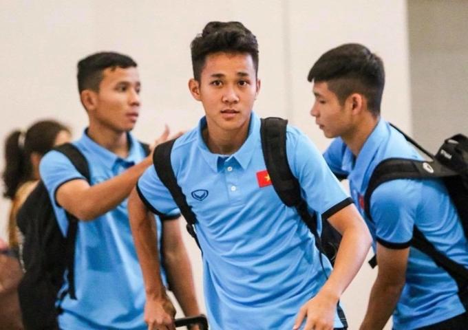 <p> Lê Minh Bình (sinh năm 1999) đang chơi ở vị trí tiền vệ cho CLB HAGL JMG. Minh Bình được giới chuyên môn đánh giá có tốc độ và cách di chuyển tương tự đàn anh Văn Toàn. Anh chàng từng đạt danh hiệu Vua phá lưới giải U19 Quốc tế hồi đầu năm 2018.</p>