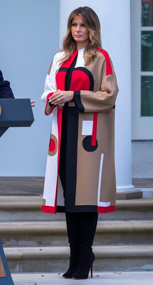 Xuất hiện trong Lễ Tạ ơn tại Nhà Trắng, Melania Trump chưng diện mẫu áo choàng có màu sắc bắt mắt của Dior có giá hơn 210 triệu đồng cùng boots cao gót đen chất liệu nhung.
