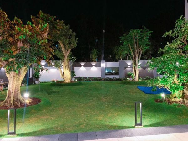 Thiết kế thoáng mát, hòa mình với thiên nhiên của căn nhà. Bãi cỏ, cây xanh, đá, sỏi được chủ nhân bày trí, tạo sự gần gũi cho không gian sống của mình.