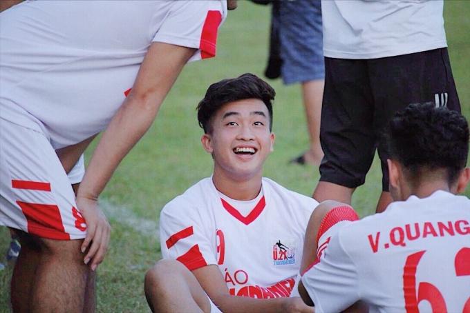 <p> Trần Danh Trung sinh năm 2000, đến từ Huế, hiện chơi ở vị trí tiền đạo cho CLB Viettel. Năm 2017, Danh Trung thi đấu toả sáng tại giải U19 Quốc gia và nhận danh hiệu Vua phá lưới. Anh chàng được người hâm mộ kỳ vọng trở thành ngôi sao mới trong tương lai.</p> <p> Tại giải U22 Đông Nam Á vừa qua, Danh Trung là cái tên nổi bật khi liên tục mang lại bàn thắng cho tuyển nhà.</p>