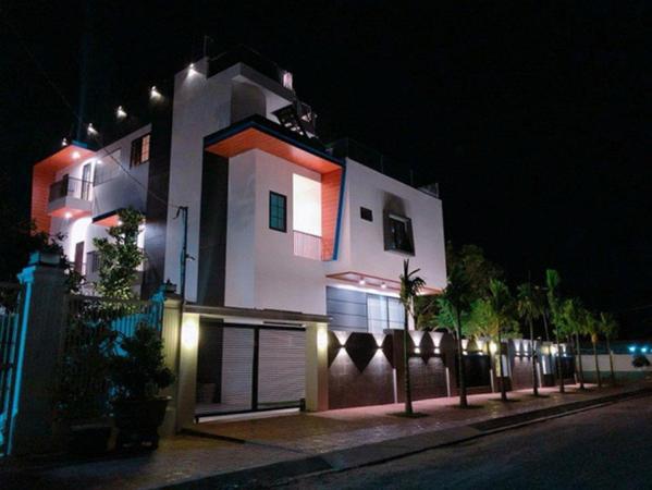 Bên ngoài căn biệt thự được thiết kế theo lối hiện đại, riêng tư khi có tường gạch xây cao.