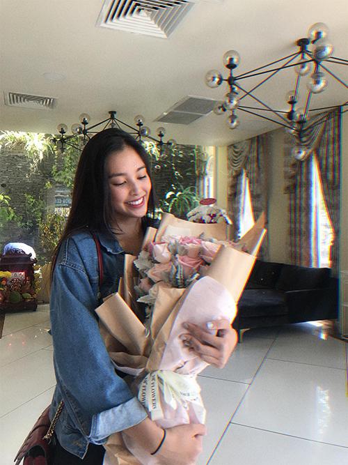 Hoa hậu Tiểu Vy xinh tươi như đóa hoa đang cầm trên tay.