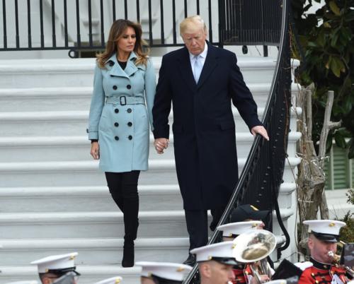 Vợ ba của Donald Trump mê mẩn mẫu áo khoác dáng dài gam màu xanh pastel của Burberry có giá hơn 60 triệu đồng.