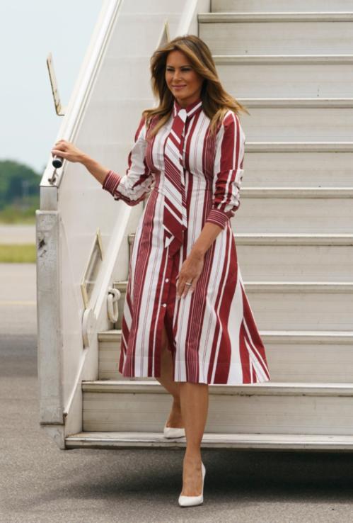 Những mẫu đầm sơ mi cách điệu kiểu dáng thanh lịch cũng được Melania Trump ưu tiên lựa chọn. Trong chuyến công du Ghana, bà diện mẫu đầm trắng - đỏ đặc trưng của Celine có giá gần 50 triệu đồng.