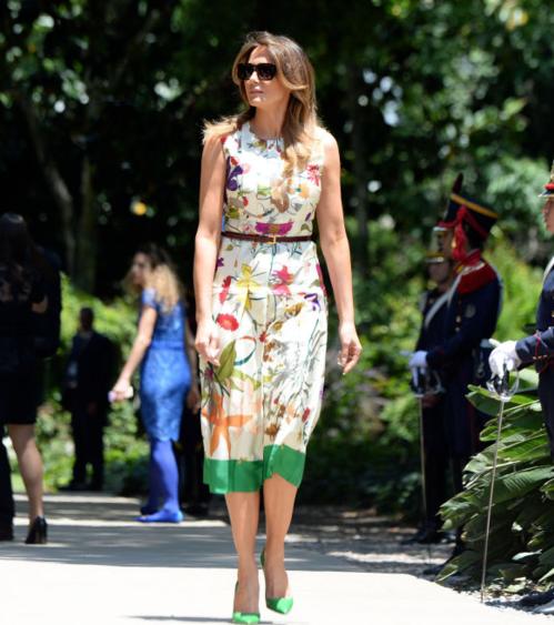 Mẫu đầm hoa bay bổng của Gucci có giá 110 triệu đồng được bà kết hợp cùng đôi giày cao gót hợp rơ.
