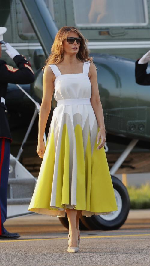 Đầm xòe hai dây trẻ trung, nữ tính của Delpozo có giá hơn 50 triệu đồng được Melania Trump mix & match nền nã, nữ tính.