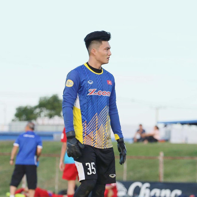 <p> Nguyễn Văn Hoàng (23 tuổi, quê Nghệ An). Ở U23 châu Á, Văn Hoàng ít được thể hiện khả năng. Tuy nhiên, thủ thành người Nghệ An hiện chơi tốt trong màu áo Sài Gòn FC.</p>