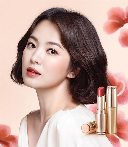 Dù đã ở độ tuổi U40, Song Hye Kyo vẫn giữ được vẻ đẹp trường tồn với thời gian. Chị đại của Kbiz là một trong những gương mặt đắt show quảng cáo mỹ phẩm nhất hiện tại, trong đó phải kể đến những dòng son thanh lịch, đẳng cấp dành cho các quý cô.