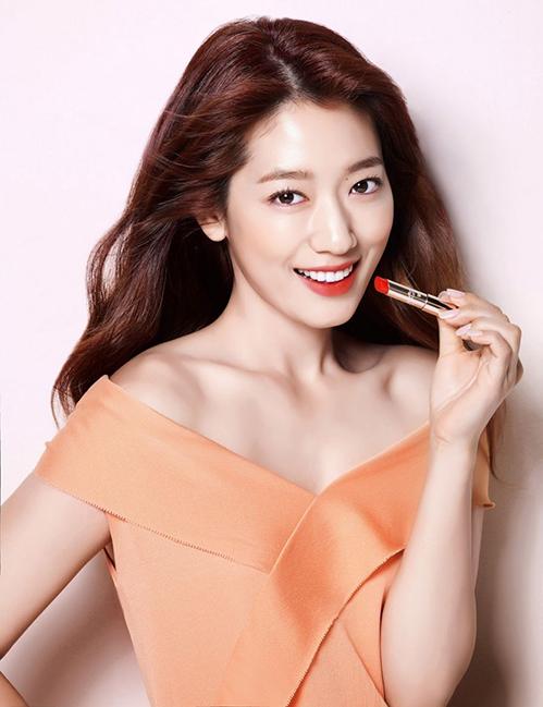 Park Shin Hye cũng là một nữ hoàng trong lĩnh vực quảng cáo mỹ phẩm. Từ khi vào nghề đến nay, cô nàng từng là gương mặt đại diện cho hàng loạt thương hiệu khác nhau, mang đến nguồn thu khổng lồ. Khó phủ nhận nữ diễn viên luôn rất thu hút trong những bức ảnh quảng cáo son.
