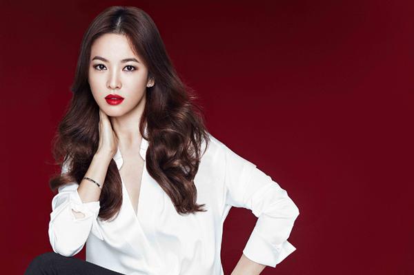 Trong những bức hình quảng cáo, bà xã Song Joong Ki thường khoe thần thái sang chảnh, phong thái quyền lực. Đôi môi nổi bật trên gương mặt thanh thoát rất thu hút mắt nhìn.