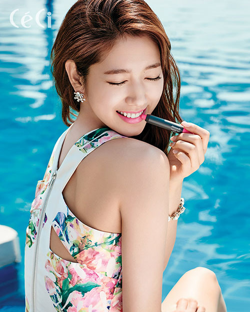 Vẻ đẹp của Park Shin Hye rất trong sáng và tươi trẻ, vì thế cô nàng thường lăng xê những cây son với màu sắc tươi tắn, thiết kế tiện dụng, giá thành bình dân.