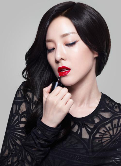 Dara (cựu thành viên 2NE1) cũng là một trong những mỹ nhân Kbiz phù hợp với màu son đỏ rực rỡ. Nhờ lợi thế ngoại hình trẻ trung bất chấp tuổi tác, cô nàng chẳng hề e ngại việc son đỏ sẽ làm gương mặt mình già dặn hơn. Trái lại, tông son này còn khiến Dara toát lên thần thái chị đại.