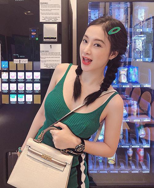 Angela Phương Trinh cũng được khen ngợi là trẻ như teen girl khi cô sử dụng các loại kẹp tóc nhựa to bản. Cô nàng là một trong những mỹ nhân đầu tiên lăng xê trào lưu này ở Vbiz.