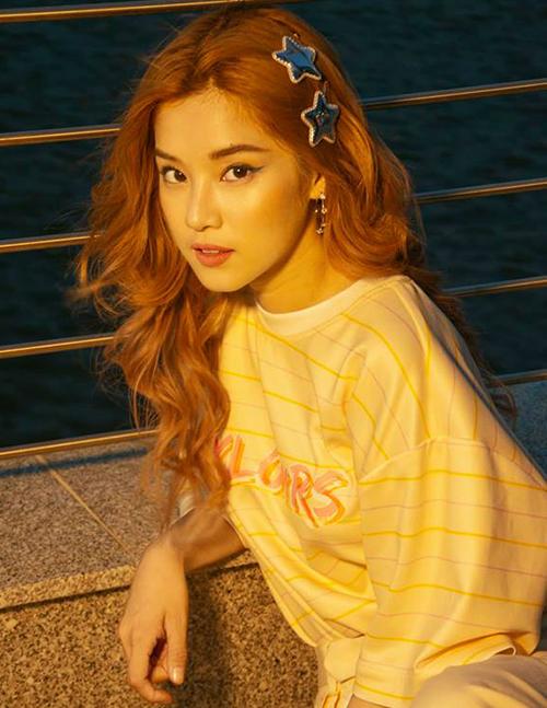 Hoàng Yến Chibi sử dụng kẹp tóc hình sao để tăng độ điệu cho mái tóc xoăn dài.