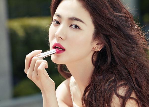 Dù có mức giá không rẻ so với mặt bằng chung mỹ phẩm Hàn nhưng những cây son Song Hye Kyo quảng cáo vẫn rất đắt khách.