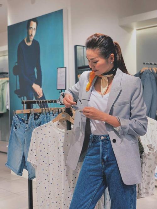 Thanh Hằng trung thành với style menswear khi kết hợp blazer dáng dài cùng quần jeans cạp cao và áo phông.