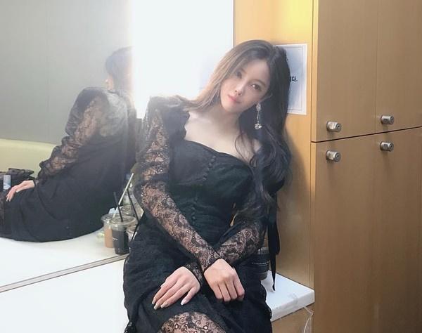 Hyo Min quyến rũ trong chiếc váy đen xuyên thấu.