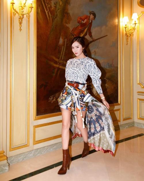 Jessica tung đuôi váy thả dáng như đang bước trên sàn catwalk với thần thái lạnh lùng sang chảnh.