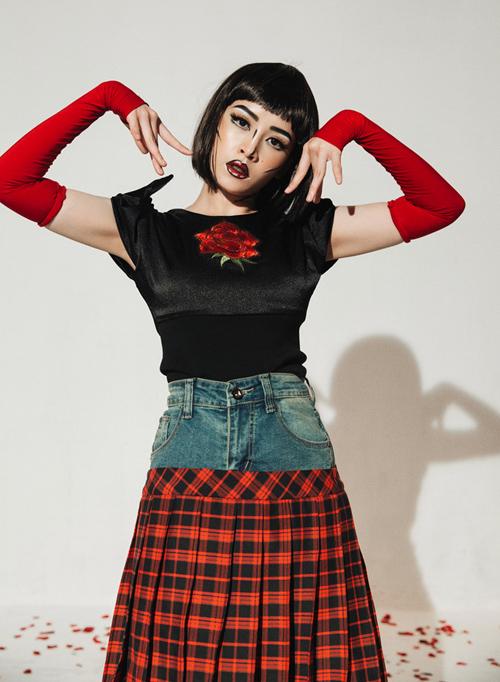 Tuy nhiên kiểu váy này vẫn được lăng xê rất tích cực. Chi Pu còn mang váy caro với phần cạp jeans độc đáo vào MV và sản xuất hàng loạt để bán với giá 550k.