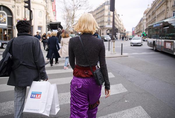 Dù là một xu hướng được không ít tín đồ thời trang thế giới lăng xê nhưng quần hai cạp vẫn không được số đông hưởng ứng. Nhiều bình luận nhận xét cách ăn mặc này khiến Quỳnh Anh Shyn có phần luộm thuộm, gây cảm giác chân ngắn hơn thường lệ,