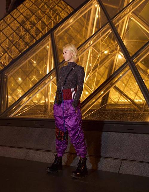 Chiếcquần thun cạp chun của Quỳnh Anh Shyn được thiết kế thành layer hai màu, tạo cảm giác như bên ngoài chiếc quần màu đỏ, cô nàng còn diện thêm một chiếc quần tụt màu tím.