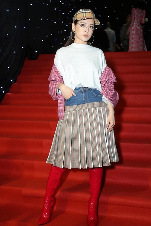 Mốt trang phục hai cạp được lăng xê đầu tiên bởi Chi Pu. Thời điểm diện chiếc váy tụt đến dự Vietnam International Fashion Week, cô nàng nhận nhiều ý kiến tiêu cực vì bộ cánh có phần dìm vóc dáng.