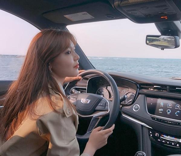 Soo Young tự lái ô tô đi chơi biển, khoe góc nghiêng xinh đẹp.