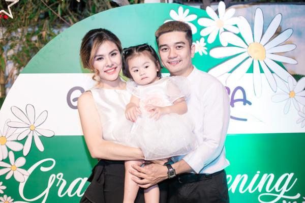 Vân Trang bên chồng và con gái.