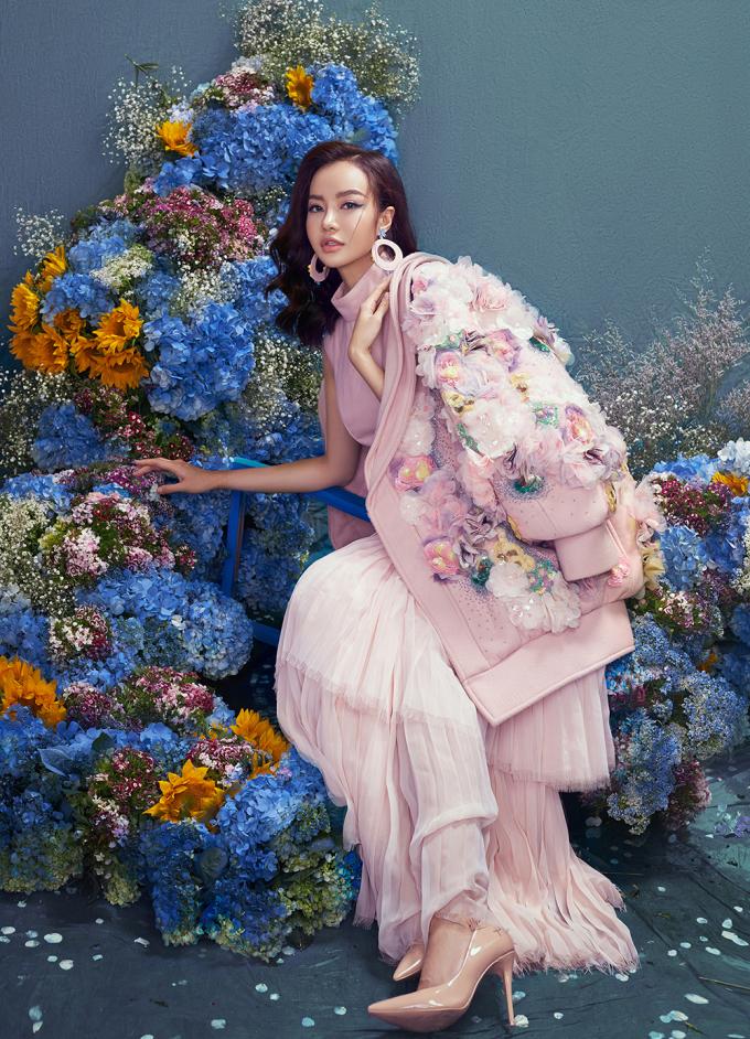 <p> Sau ngôi vị Hoa hậu Việt Nam toàn cầu tại Mỹ (2015) và Én Vàng (2017), Kiều Ngân được mời tham gia nhiều sự kiện giải trí trong và ngoài nước. Lợi thế ngoại hình quyến rũ, gương mặt xinh đẹp, giọng nói truyền cảm..., cô là gương mặt đắt show sự kiện thời gian qua.</p>