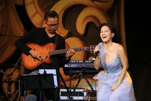 Hồng Nhung thể hiện ca khúc Hạ trắng của cố nhạc sĩ Trịnh Công Sơn.